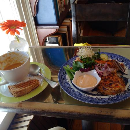The Biscuit Eater Cafe: Fish/Crab Cakes, and soup