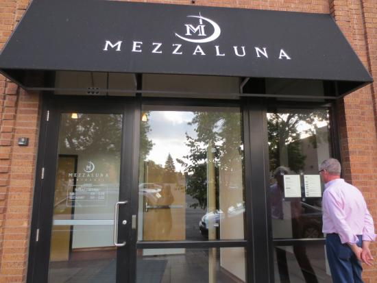 Mezzaluna: Entrance