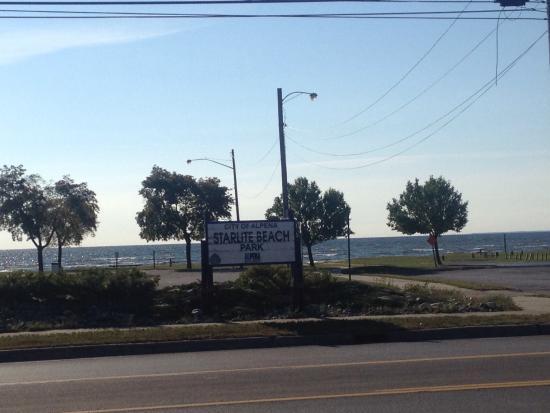 40 Winks Motel: Starlight Beach, directly across the street!!
