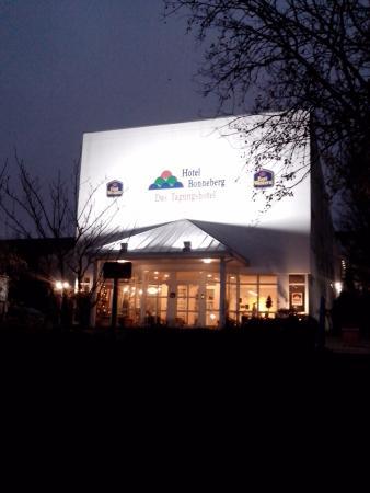 BEST WESTERN Hotel Bonneberg: fachada a noite
