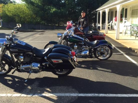 School House Motel: Shining up the bikes at motel