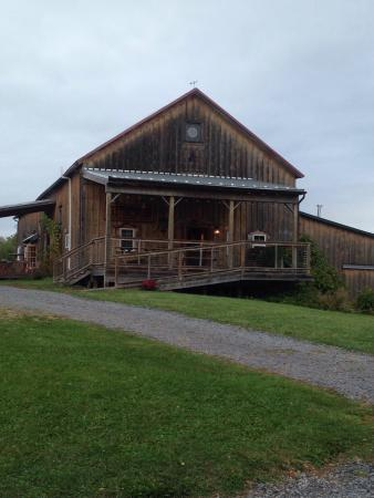 Lacey Magruder Winery: Beautiful restored barn. You have to check out the barn doors. They are handmade by the owner.