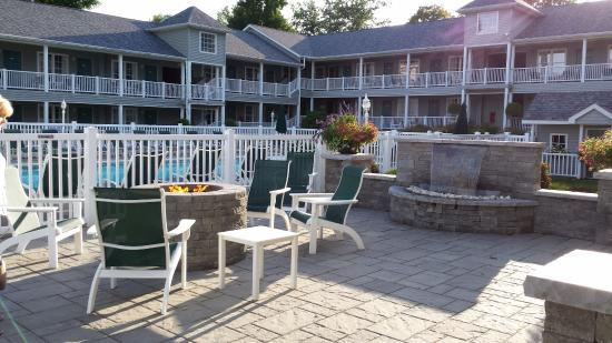 Quality Inn Lake George: Pool area in background. This is fire pit, waterfall area. A real nice touch at the end of the d