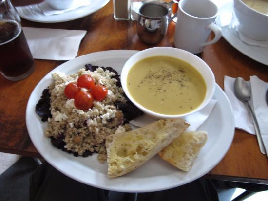 Kaffé 1870 : My soup (curried squash) and Quinoa salad.