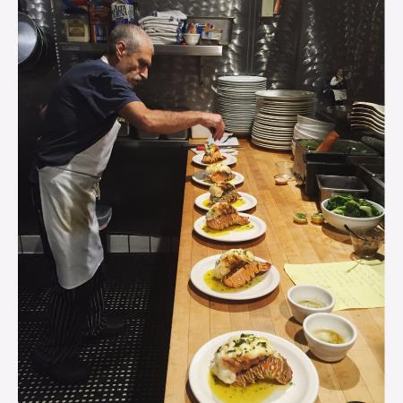 Tustin, Californie : Nothing beats a #chef in his #kitchen making #Lobster magic happen...Only @barolocafe!