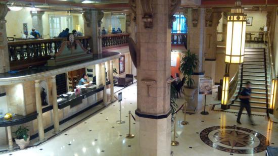 สเตย์ ออน เมน โฮเต็ล แอนด์ โฮสเทล: Помпезный первый этаж и ресепшн
