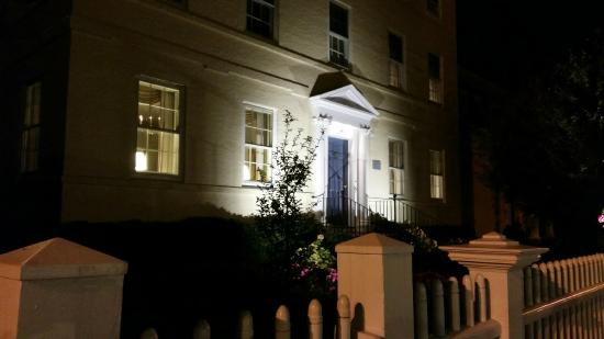 Francis Malbone House Inn: Heading out for dinner, admiring the entrance and our own little key to unlock the blue front do