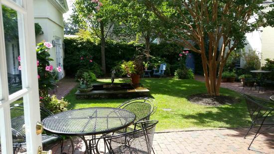 Francis Malbone House Inn: The beautiful courtyard which we enjoyed breakfast in each morning.