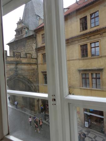 Charles Bridge Economic Hostel: Vista hacia la calle