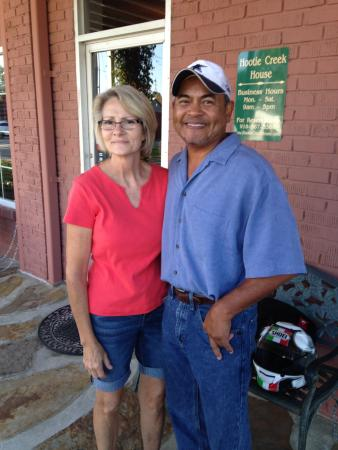 Hootie Creek House Bed & Breakfast: Owners, Carolyn & Essex, they say never trust a skinny cook, but in this case it's just not true