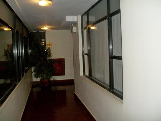 Lux Riverside Hotel & Apartments: Окно из номера выходит в коридор