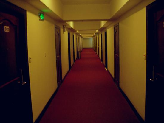 Lux Riverside Hotel & Apartments: Коридор отеля