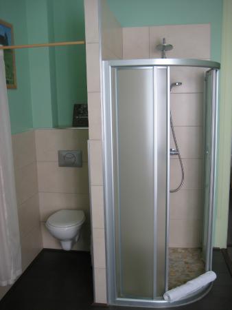 Les Epicuriens - chambres d'hotes: Toilet & Shower