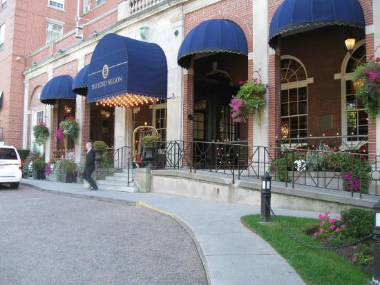 The Lord Nelson Hotel & Suites: The lovely entrance to The Lord Nelson Hotel and Suites