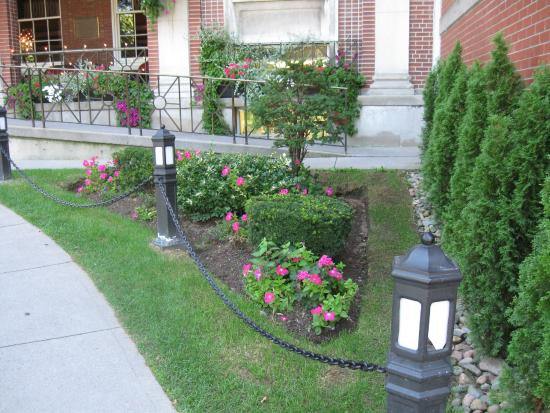 The Lord Nelson Hotel & Suites: Some of the gardens in the front drive area