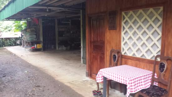 La Purruja Lodge: View of the outside of the hostel room with shed next door