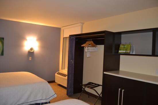 Home2 Suites By Hilton Sioux Falls Sanford Medical Center: Closet   Room 400