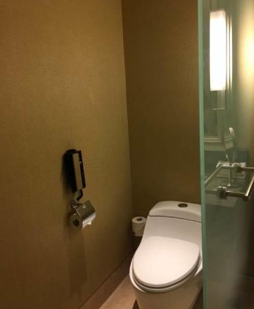ห้องน้ำมีโทรศัพท์ให้ใช้ด้วยน้าาา
