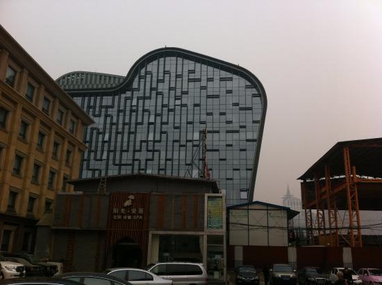 Jialong Sunny hotel слева на фото