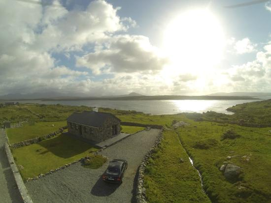 Inishnee, Irland: Aerial view of Cill Cottage and grounds