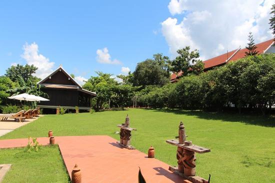 Nam Ou Riverside Hotel & Resort : Green Garden
