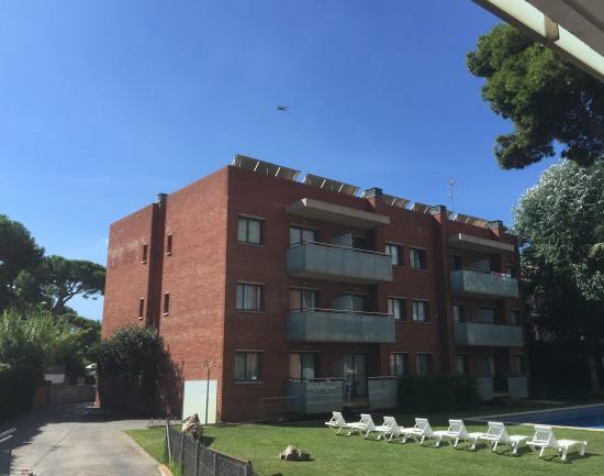 SG Group Barcelona Apartments: Вид из окна номера на первый корпус и садящийся в аэропорту Барселонгы самолёт