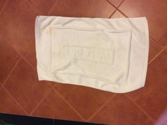 Vansana Riverside Hotel : Fresh floor towel!