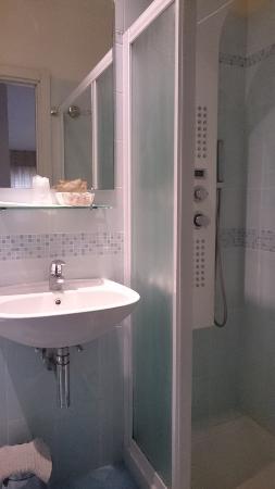 Hotel Vittoria: Ванная комната