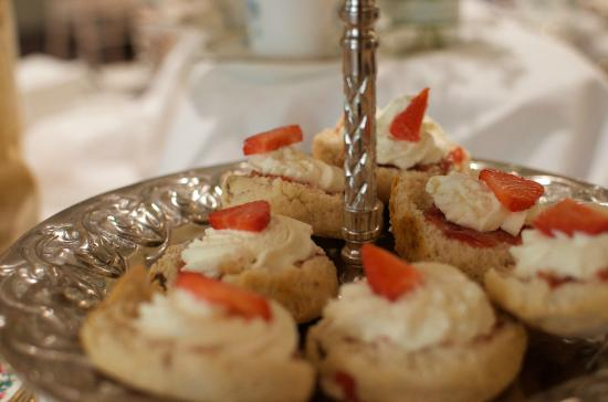 Four Seasons Hotel and Leisure Club: Mini Scones