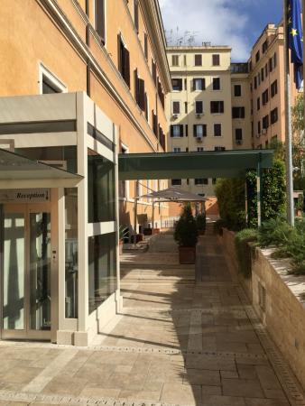 Domus Carmelitana: Hotel outer entrance