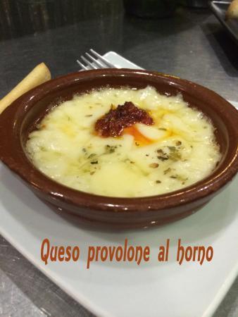 El Ejido, España: tapa de queso provolone