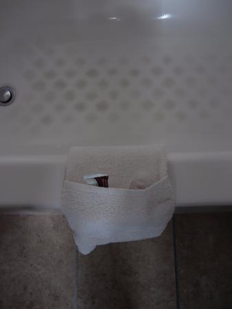 Cape Cod Inn: Cute and creative way to present some of the bath amenities!