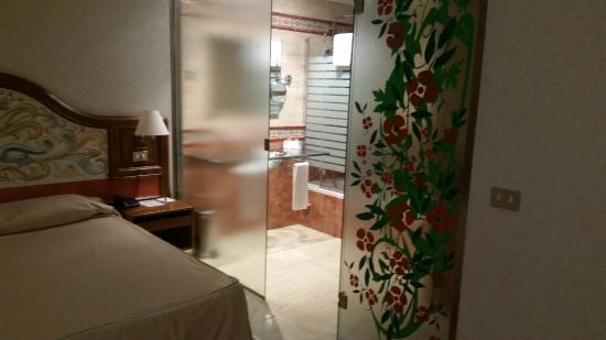 Hotel Julia: entrada al baño
