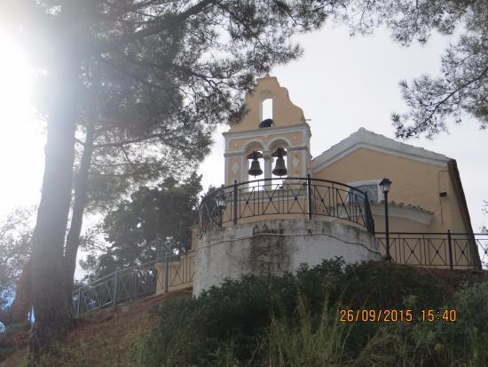 Ionios Anemos Hand Made Products: Kerk van de aartsengelen, boven het dorpje uitkijkend.
