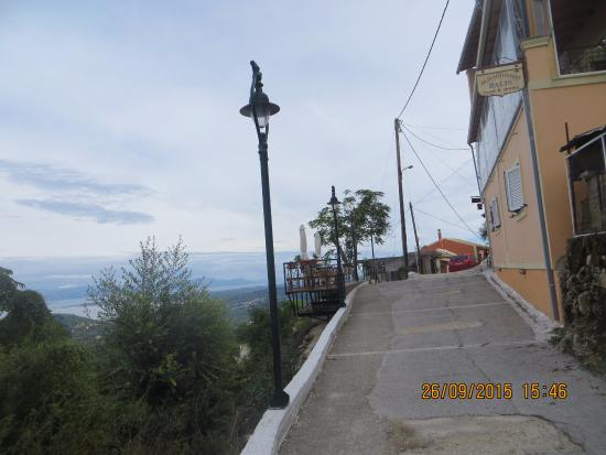 Ionios Anemos Hand Made Products: Hier zit je op grote hoogte op een terras. Het is daar verticaal tuinieren.