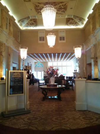 The General Morgan Inn: Beautiful lobby, great place for small groups to spend the evening.