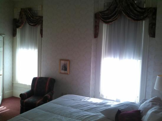The General Morgan Inn: Very comfy bed and big windows.