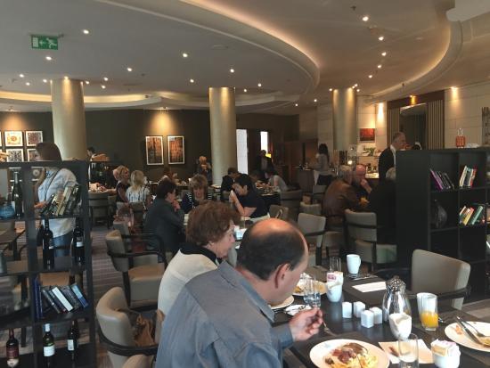 Hilton Sofia: Ресторан - очень много народу
