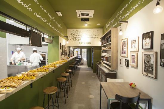cucina a vista con chef table preparazione aperitivo - Picture of ...