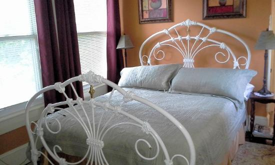 Manheim Manor Victorian Bed and Breakfast: Daisies and Daffodils room