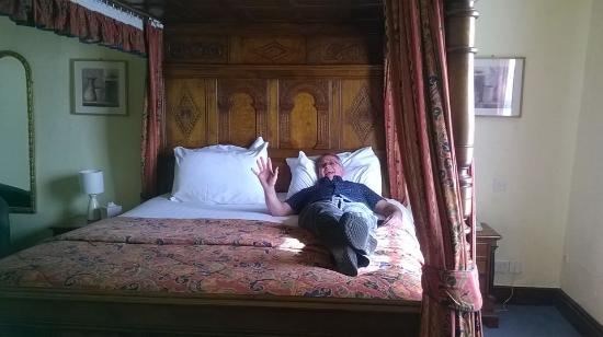 Deddington Arms Hotel: It's a BIG BED