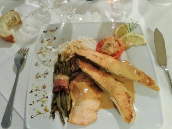 Pont-de-Larn, France: Emincé de saumon sauce homardine