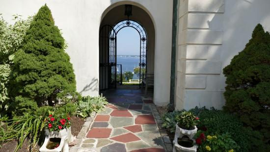 Centerport, estado de Nueva York: Vanderbilt Mansion - door to the Bay