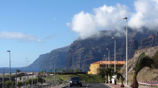 Los gigantes cliffs walk to lidl picture of holiday village tenerife puerto de santiago - Puerto de los gigantes ...
