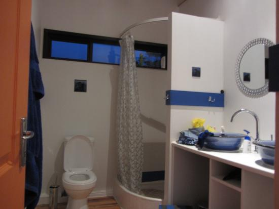 African Family Farm: unser Bad mit den wunderschönen handgemachten Waschbecken