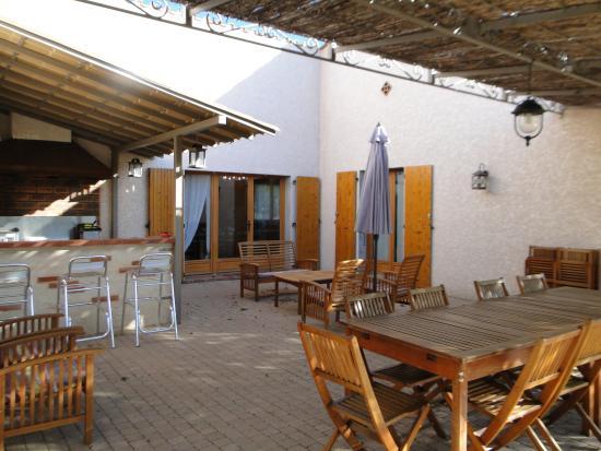 Trouillas, Francia: La terrasse et coin cuisine d'été