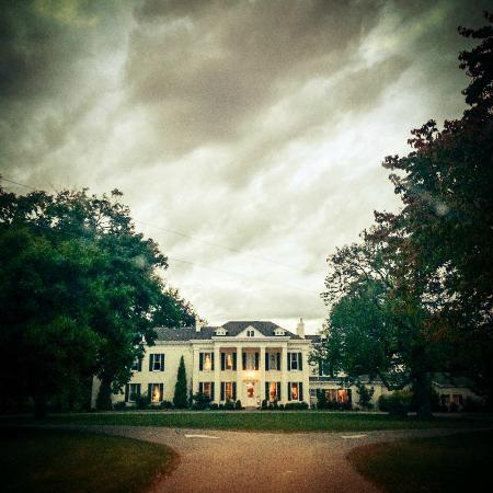 Riverside Inn Bed & Breakfast : The approach to the mansion