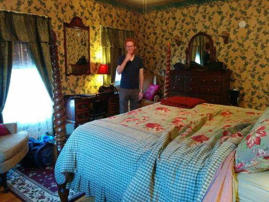 Great Tree Inn Bed & Breakfast : The English Ivy Room w/ king size bed