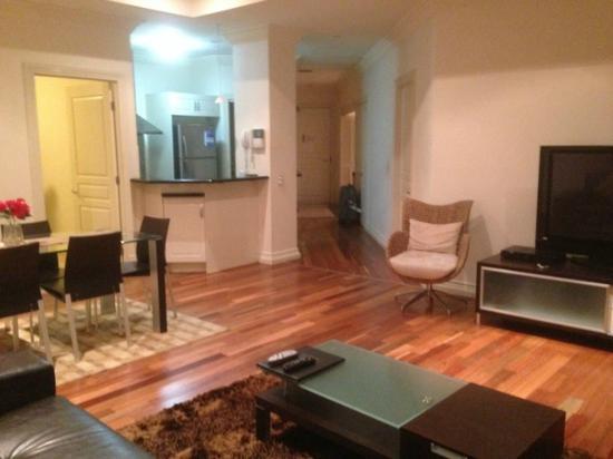 Macarthur Chambers Apartment Hotel: リビングから見たキッチンと玄関