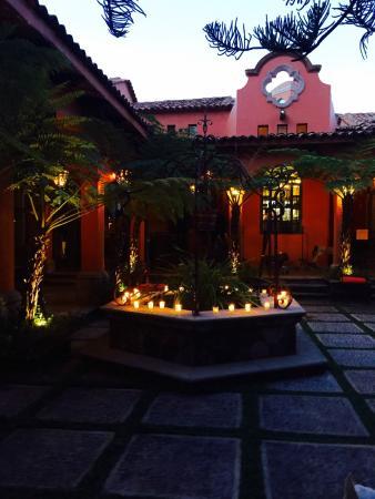 Hacienda del Lago Boutique Hotel: Court Yard at Night